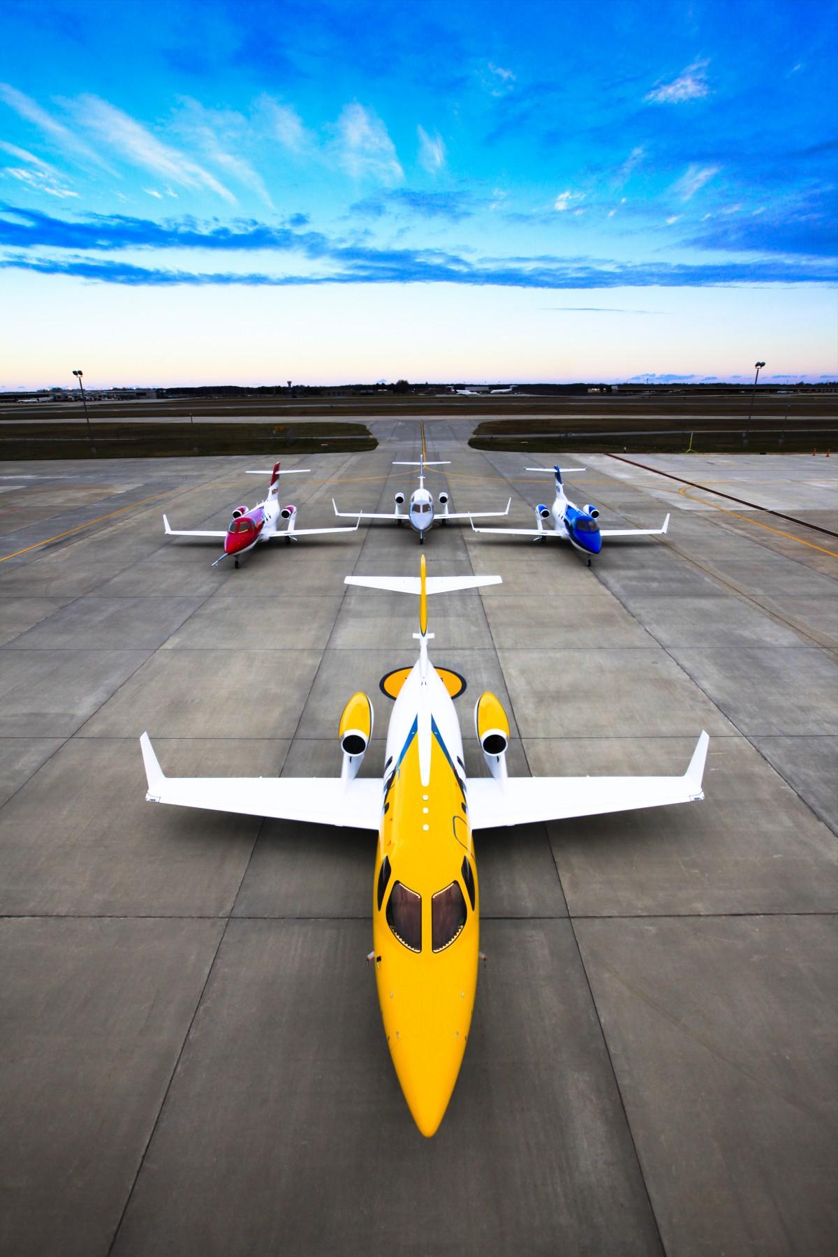 开本田 能飞天 本田( HONDA )在陆地上不是最快的车,可是,在天上它却成为了最快的超轻型喷气公务机。当同类飞机型号还在每小时750公里之内的速度徘徊时,本田旗下首款公务飞机HondaJet速度已达每小时782公里。而难得的是,它也是同级中最省油的型号,节省成本高达百分之十八。这一切成果,就由1997年一张草图开始。 HondaJet采用本田独立开发的技术,在最大航速和燃油经济性等方面都是同类的领先水平。  为了实现飞天梦,本田默默耕耘20载,今天,HondaJet之所以能够飞得最快,得归功在机身设